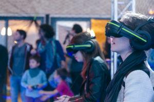 Deux jeunes femmes portant un casque de réalité virtuelle en train de tester le pilotage de drone ludique en réalité augmenté présenté par la startup Drone Interactive à l'événement Game of Drones du LUDyLAB début octobre 2017 à Chambretaud en Vendée