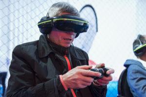 Jean-Michel Mousset, une manette de xBox dans les mains et un casque de réalité augmenté devant les yeux, testant le pilotage de drone ludique proposé par Drone Interactive lors de l'événement Game of Drones organisé par le LUDyLAB début octobre 2017 à Chambretaud en Vendée