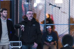Accompagné d'Axel Gallian, un homme teste le pilotage de drone intuitif avec le gant connecté de wepulsit dans l'espace Drone Indoor du LUDyLAB lors de l'événement Game of Drones organisé début octobre à Chambretaud en Vendée