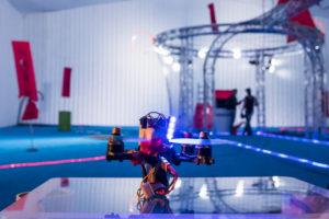 Drone de course prêt à décoller dans la volière de l'espace Drone Indoor du LUDyLAB à Chambretaud en Vendée à l'occasion de l'événement Game of Drones début octobre 2017