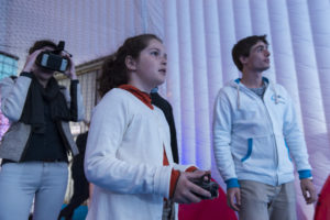 Côme Geffroy de droneindoor.fr et deux participantes : l'une (enfant) pilotant le drone, l'autre (adulte) visionnant le vol à l'aide de lunettes FPV