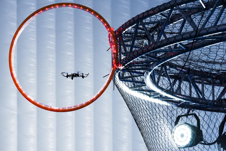 Un drone passant un obstacle (cerceau rouge) dans l'espace Drone Indoor du LUDyLAB lors de l'événement Game of Drones à Chambretaud en Vendée