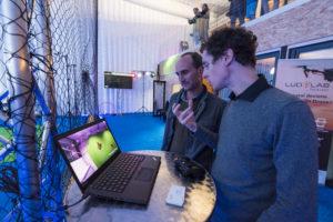 Vincent Rigau de la startup Drone Interactive présente le projet de pilotage de drone de manière ludique et en réalité augmentée à un homme participant à l'événement Game of Drones organisé par le LUDyLAB début octobre 2017 à Chambretaud en Vendée