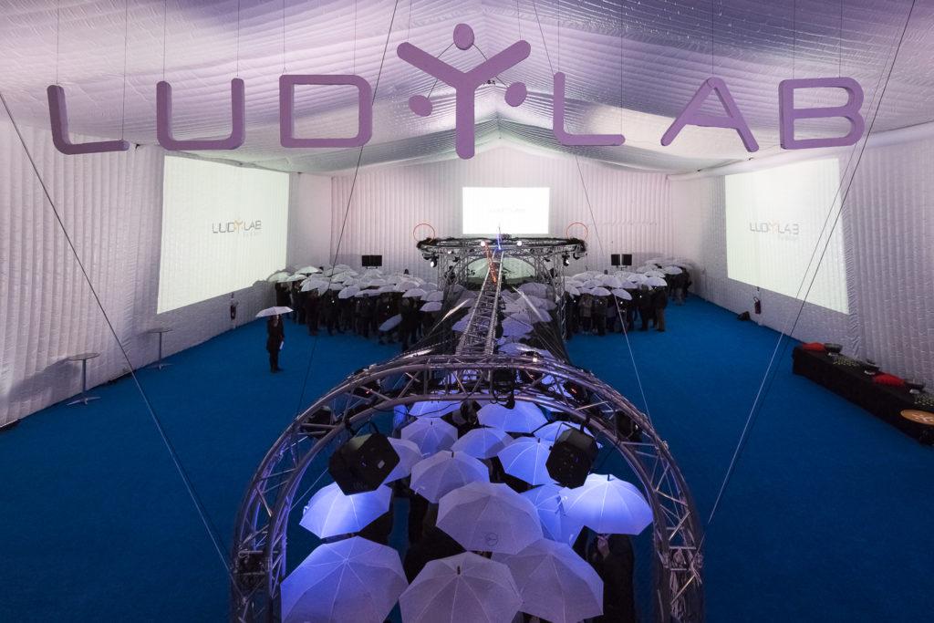 Inauguration du LUDyLAB à Chambretaud en Vendée : Création du logo du LUDyLAB grandeur nature par les passagers munis de parapluies blancs