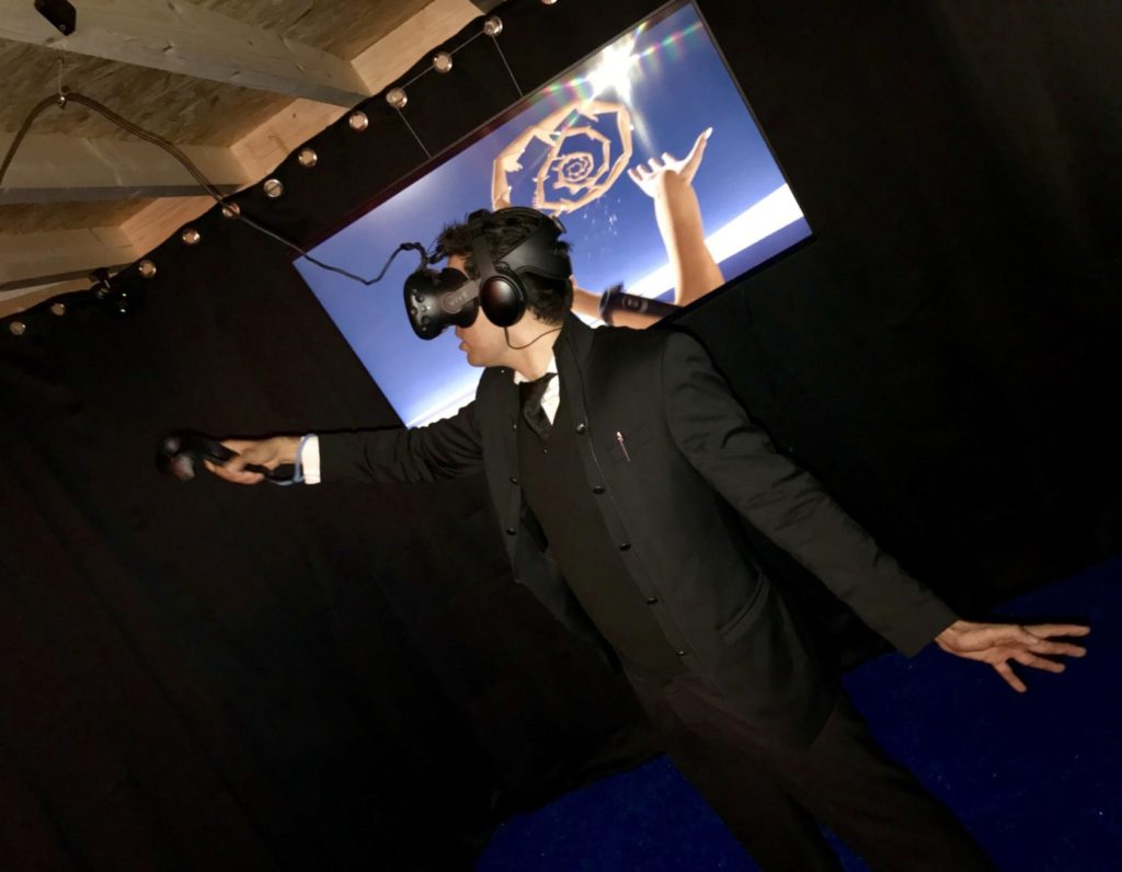 Inauguration du LUDyLAB à Chambretaud en Vendée : Idriss Aberkane teste l'expérience artistique de Réalité Virtuelle Hana Hana