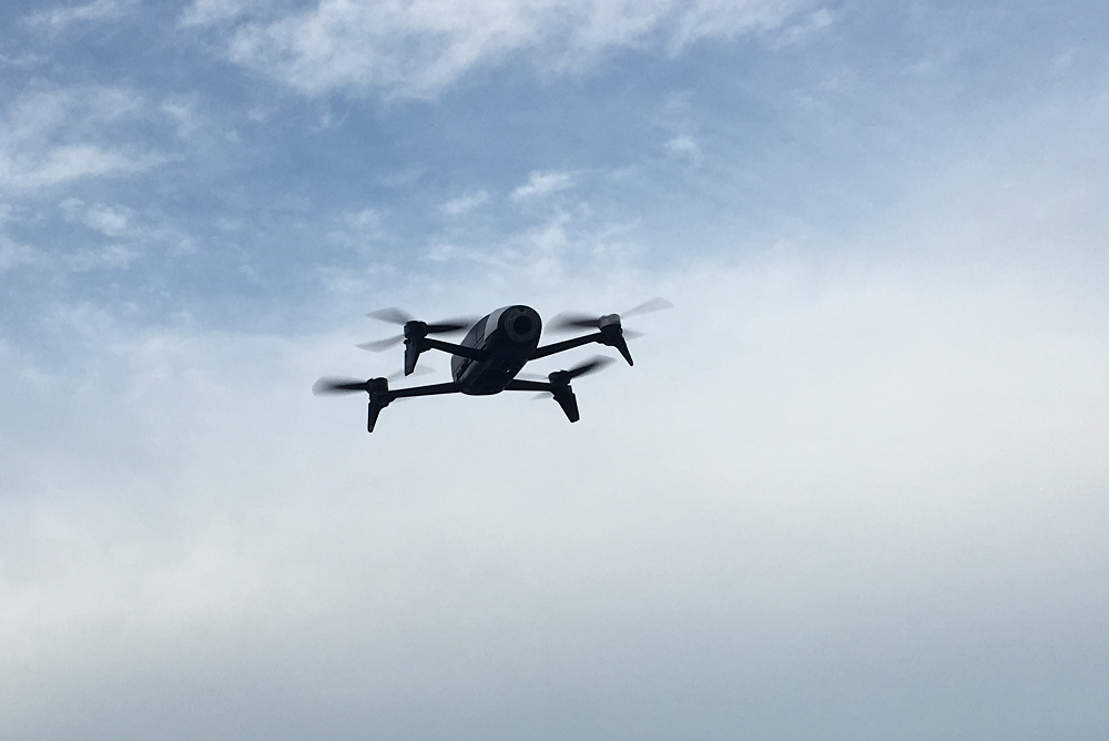 Drone dans un ciel nuageux
