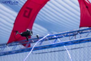 Drone volant dans la volière de l'espace Drone Indoor du LUDyLAB à 5 minutes du Puy du Fou en Vendée