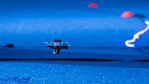 Drone survolant le sol synthétique bleu de la volière du Drone Indoor du LUDyLAB à Chambretaud en Vendée
