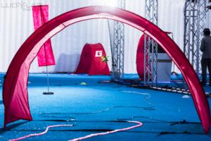 Espace Drone Indoor du LUDyLAB en Vendée : volière avec portes rouges pour une course de drone en intérieur